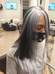 Mechas - Color negro con mechón gris - foto de frente